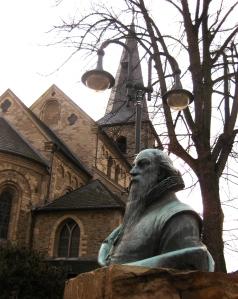 Büste von Wilhelm Fabry in der Hildener Fußgängerzone